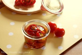 ドライトマトはプチトマトを使って簡単に作ることができます。手作りの場合は、柔らかさが少し残る「セミドライトマト」がおすすめ。オーブンでじっくり乾燥させた後は、お好みでオリーブオイル漬けにもできますよ♪