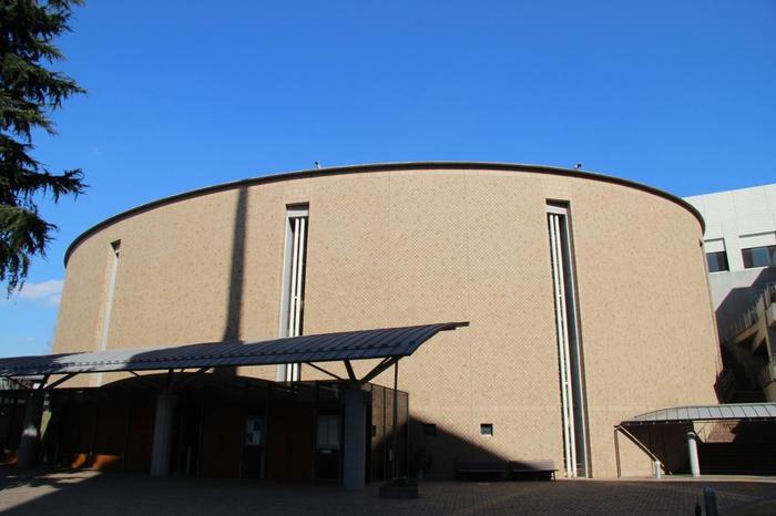 聖イグナチオ教会は、東京都千代田区麹町にあります。  上智大学に隣接する建物は、キリストの復活を意味する卵の形をしています。