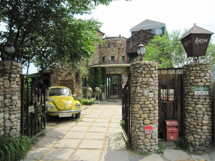 最後にご紹介するのは、ソウル北部の「付岩洞(プアムドン)」というエリアに位置するギャラリーカフェ「サンモトゥンイ」です。こちらのカフェは、ドラマ『コーヒープリンス1号店』のロケ地として大変話題になりました。今までのカフェとは違い韓屋ではありませんが、歴史を感じさせる重厚感のある建物がレトロでオシャレですよね。