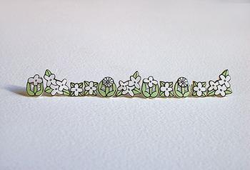 こちらは「hana」ピアスです。白とやさしいグリーンが素朴だけれどかわいいデザインで、これから春に向けてぴったりです♪
