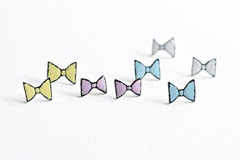 こちらは「ribbon」ピアスです。こちらもガーリーでかわいいですね♪かわいいけれど落ち着いた質感なので、決してこどもっぽくならないところが使いやすそうです。