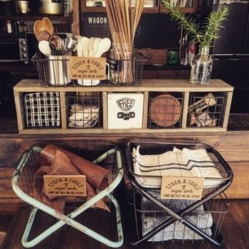 カトラリーやテーブルクロス、コースターなども見せる収納に☆ ワイヤーカゴはどこに何が入っているのか見えるので必要なものがすく欲しいキッチンにはもってこいです!