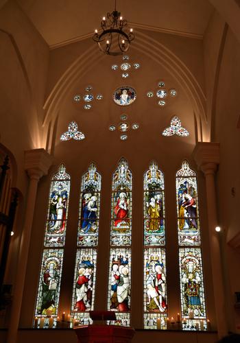 赤いバージンロード、白い壁、高い天井そして大きくて華やかなステンドグラス。憧れの式を挙げるための要素がぎゅっと詰まっています。