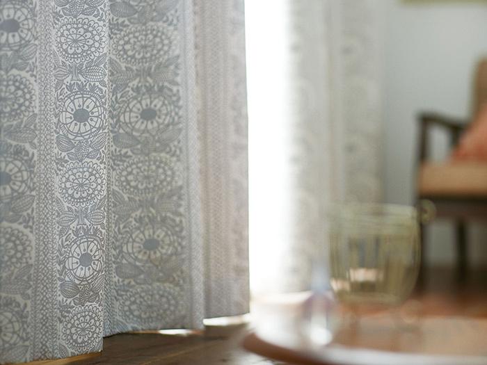 お部屋で広い面積を占めるカーテンは、存在感が抜群だからこそしっかりと選びたいもの。北欧柄のカーテンは大胆なデザインものから素朴なものまでバリエーションが様々!絵を飾るような気分で、お気に入りのものを見つけてみて下さい♪