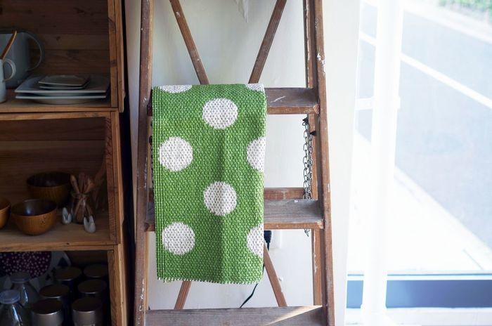 スウェーデンで生活雑貨ブランド「Malin Westberg(マーリン・ヴェストベリー)」のドット柄のラグ。なんとプラスチックと同じ素材で編まれているので、とっても頑丈。玄関だけでなくバスマットなど、家中様々な場所で活躍してくれそう!
