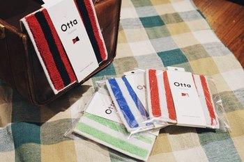長方形の小ぶりなタオルを半分に折って使うと普通のハンカチタオルのように正方形に。折っても薄いので男性のポケットにもスッキリ入るのが人気の秘密なんです。