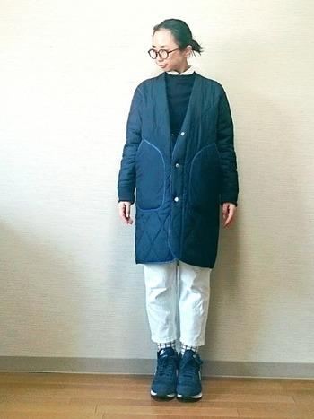 寒い季節に白のボトムス?と思うかもしれませんが、ニットやアウターとの相性も良いので、実は使いやすいカラー。ロング丈のキルティングコートと合わせれば、軽やかな冬コーデに♪