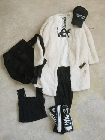寒い季節は、ファッションもダーク系になりがち…。気分もどんよりしてきちゃいますよね。そんな中、オシャレな人は『白』を上手に取り入れて、ぱっと目を引く着こなしをしています♪『白』を素敵に取り入れた、お手本コーデをご紹介します。