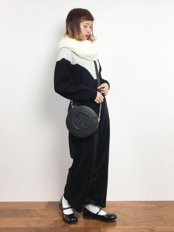 寒い季節には重く感じがちなモノトーンコーデも、首元に白のアクセントを置くことで、ぱっと明るい印象に。ファーのスヌードなら、ボリューム感も◎