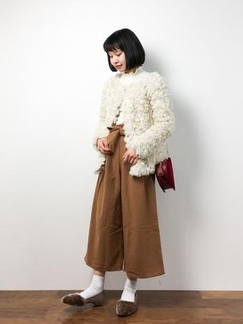 ファーのジャケットはぱっと目を引く、今年らしいアイテム。ワイドパンツの足元はパンプスとソックスでまとめ、女性らしい雰囲気に。