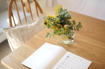 ブラウン系のテーブルにはどんな色味のお花もよく似合います。素朴なお花は心を癒してくれますね。