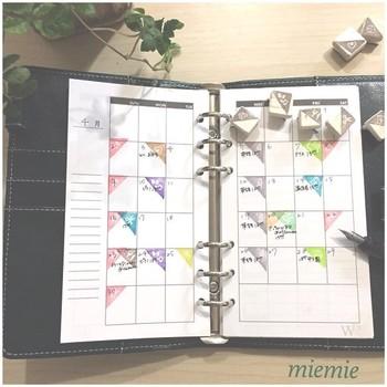 毎週決まった曜日にある予定を1つずつ書いていくのが大変…なんて時には、スケジュールはんこを使うのもいいですね。色分けすればどの曜日に何の予定が入っているか、空いている日はどの日なのかが一目瞭然です。