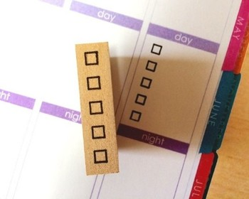 こちらはToDoリストやタスク管理に便利なチェックボックスのはんこ。やり終えたタスクにはチェックを入れて。シンプルなので、カレンダーにメモにと、どこにでも押して使えるのが嬉しいですね!