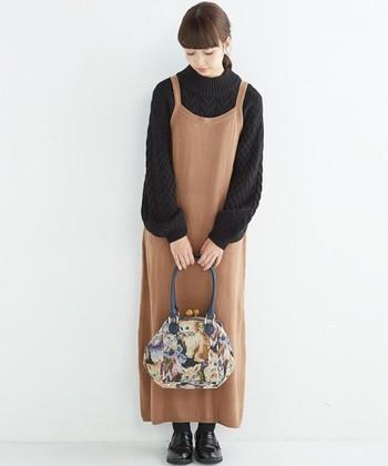 エプロンニットワンピースに模様編みが素敵なハイネックニットを合わせたコーディネート。袖の丸みがトレンド感と可愛らしさをプラスしていますね。