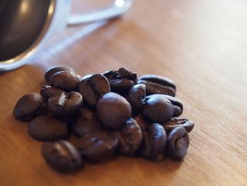 コーヒーは大好きだけどカフェインが気になる方におすすめの、化学薬品などを一切使わずにカフェインを除去したカフェインレスのコーヒー豆。カフェインレスなので、就寝前のくつろぎタイムにも良いかも。
