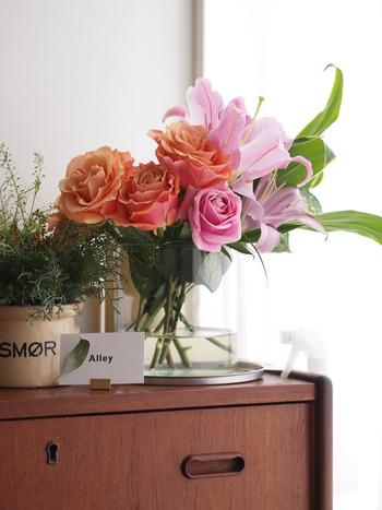 華やかなお花にはグリーンを添えると、全体がすっとまとまります。薔薇も色味によって、こんなに落ち着いた光景を作り出すことができるんですね。