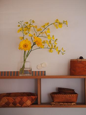 同じ色のお花を合わせてあげると、ぐっと可愛らしい印象になります。フォルムの違うお花を集めて、シルエットで遊んでみるのもいいものです。