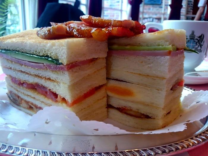 こちらはクラブハウスサンド! 美味しそうですね~(*^_^*)  ボリューム満点!2人で1つ注文して、一緒に食べてもいいですね(^^♪