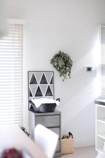 自然な形に仕上げられたフレッシュリースは、いい香りがお部屋に広がり、長く楽しめます。整えすぎないナチュラルさがお部屋の雰囲気にとてもよくマッチしています。