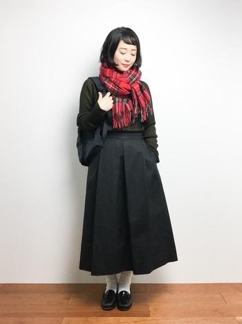 赤のタータンチェックストールは、シックなダークカラーの冬コーディネートの差し色におススメです。膝下スカートで、きちんと感のある優等生スタイルに。