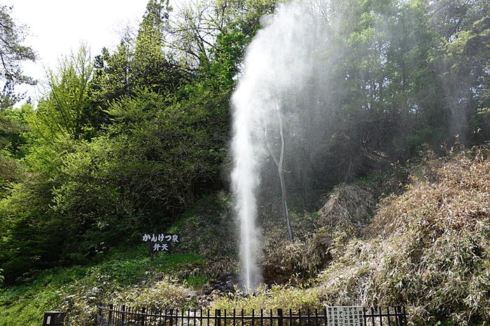 鬼首温泉郷のひとつ「吹上温泉」は、数分おきに温泉が吹き上がる「間欠泉」が有名なところです。垂直に、かなりの水量が吹き上がる様は圧巻で、温泉の湧き出る力の凄さを感じさせます。