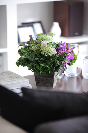 白とグリーンに紫が入ると、ぐっと洗練された印象になります。こんもりとまとめられたアレンジメントは、どの方向から見ても美しいのでテーブルなどに置くのがおすすめ。
