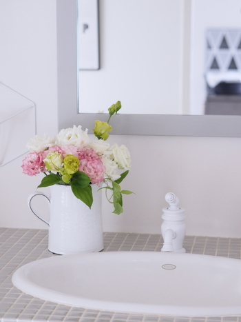 白を基調とした洗面所には、少し色味のあるお花がよく映えます。淡いカラーのお花なので、心静かに洗面所を使うことができそうです。