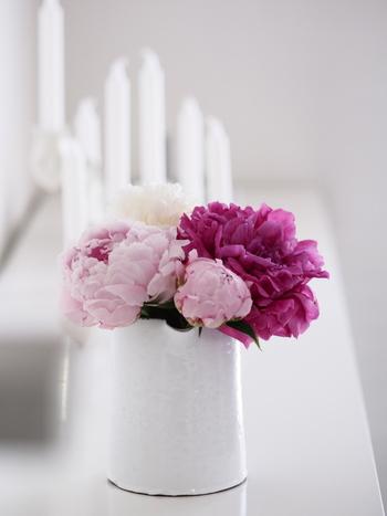 上品なシャクヤクを贅沢にお花の部分だけで使って。静かで穏やかなシーンを演出できますね。