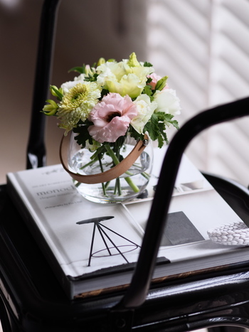 ただ椅子の上にお花をアレンジするよりも、ワンクッションなにかあった方が、全体がしっくりきます。そんなとき、洋書は場のトーンを作るのに重宝するアイテムです。