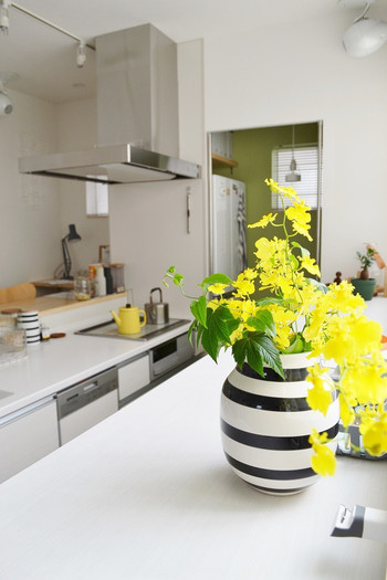 モノトーンがメインカラーのキッチンカウンターに鮮やかなイエローが映えています。さりげなくケトルのカラーとリンクしているのも素敵です。