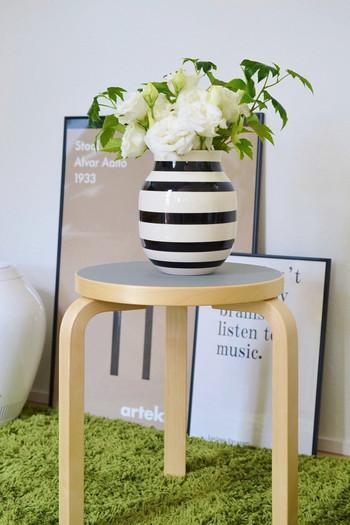 たっぷりとしたトルコキキョウにイチゴの葉っぱをアレンジして、カジュアル度をアップ。花瓶が置いてあるアルテックのスツールは座面のカラーで印象が変わります。アッシュは落ち着きがあり、ナチュラルテイストのお部屋によく馴染みます。
