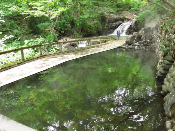 おすすめはこの宿の混浴の露天風呂。緑に囲まれた広い露天風呂からはきれいな滝、川を眺めることができます。そしてこの滝は天然の温泉なのです!