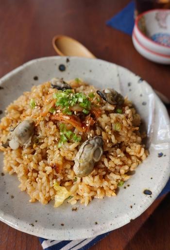炊飯器で炊いたごはんを使うのではなく、ごはんもフライパンで炊いてしまいます。旬の牡蠣を使ってコクのあるピリ辛混ぜご飯に♪食べ過ぎ注意の美味しさですよ。