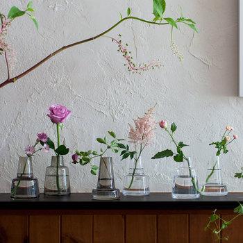 横に長いチェストに、一輪ずつお花を飾ってみるのもお洒落です。お花屋さんがおうちにやってきたようですね。元気がなくなったお花たちを少しずつ交換しながら、いろいろな組み合わせを楽しんでみましょう。