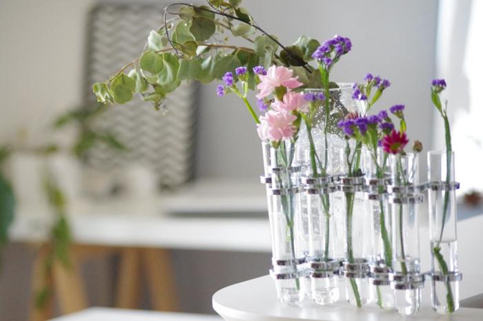 どこか味気なくなってしまいがちなシンプルなお部屋にフレッシュなグリーンがあると、お部屋の雰囲気が一気に生き生きしたものになります。毎日、少しずつ変化していくお花や植物たちを眺めると、小さな時間の積み重ねの大切さに気付かされます。