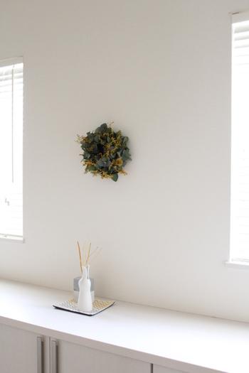 ミモザとユーカリのシンプルなリースを、広い壁面に飾ったら神聖な空間に仕上がりました。ここを通るたびに気持ちがすっきりとしそうです。