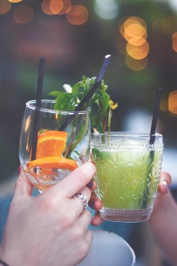 仲の良い友達を呼んで、女の子だけのカクテルパーティーはいかがでしょう?アルコール軽めのカクテルで、ほろよい気分になれば、明日の予定も楽しくみんなで立てられそうですね!カクテルも見た目がかわいいものを選べば、それだけでうきうきしちゃいます♪ただし、明日を充実させるため、飲み過ぎには注意!