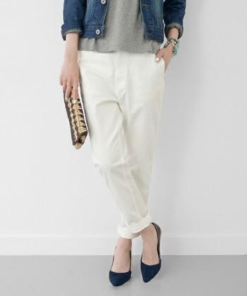 ヒップ周りはややゆったり、裾に向かって細くなっているテーパードシルエットの「白」チノパン。軽くロールアップして足首を見せると、よりこなれた雰囲気に♪