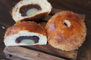 厳選された5種類の小麦粉をブレンドし、自家製のレーズン酵母で発酵。さらに自家製のつぶ餡の中に栗が入り、表面にココナッツスライスがたっぷりかかった風味豊かで素朴な栗あんパン。
