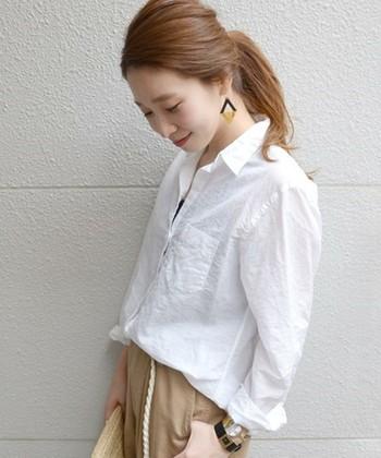 キリッと辛口にまとめたいならシャツタイプを。真っ白なシャツには春メイクがとても映えます。アクセサリー使いやヘアアレンジなども楽しみましょう♪