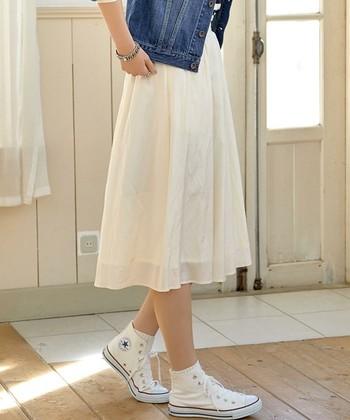 白スカート×白コンバース。ひざが隠れるくらいのフレアスカートなら大人っぽい着こなしになります。パンプスよりはあえてスニーカーやショートブーツなどの方がトレンド感が出ますよ♪