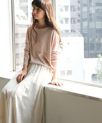 柔らかい春の日差しのように……。ペールピンクのトップス×白スカートのコーディネートは春にぴったり♪ペールトーンのアイテムは、白と合わせるととても優しく柔らかな印象になります。