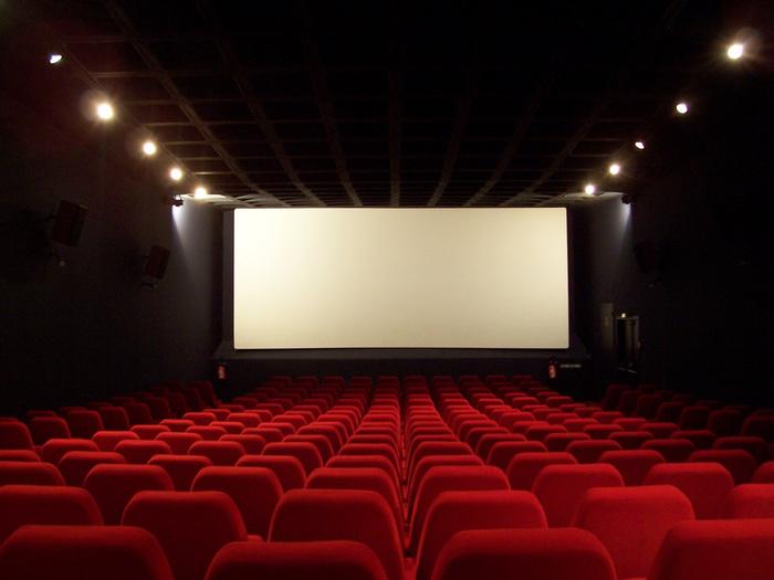 まっすぐ家には帰らずに、職場からそのまま映画館へ!封切り直後の作品を避ければ、レイトショーはゆったり映画を楽しむことができます。ハッピーな作品でテンションをあげたり、ラブストーリーに涙したり、たっぷりと映画の世界を楽しんじゃいましょう♡映画館に行くのはちょっと大変かも…という場合なら、おうちでDVD上映会でも♪