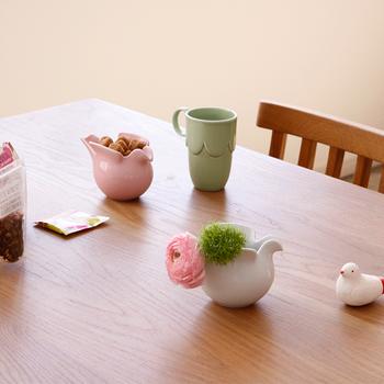 こちらも、Lisa larson(リサラーソン)×波佐見焼きのピッチャー。鳥の形をしていて、様々な用途に使用可能で、お花を生ければとってもキュート。オブジェのようにスタイリッシュさもあります。
