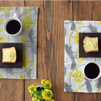 小さな黄色い花がモチーフのランチョマットに合わせ、黄色いお花をテーブルにも添えて。春の訪れのように爽やかで、食卓もうきうき、ますます明るくなります♫