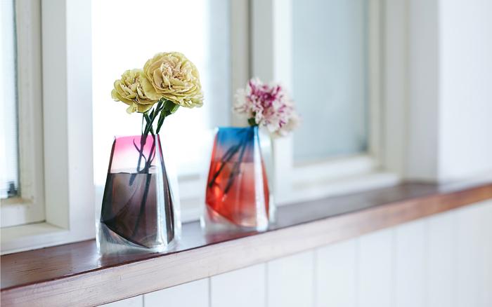 ビニール製の色鮮やかなフラワーベースには、ちょっぴりシックなお花を。カジュアルにお花を楽しめます♪