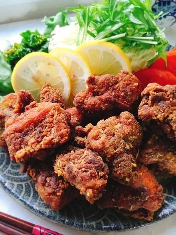 下味を付けた鶏もも肉に、片栗粉、玄米粉、カレー粉をまぶして常温で揚げたカレー味の鶏唐揚げ。フライパンを使って常温で焦らずゆっくりと揚げた唐揚げは、中はジューシー外はサクサクですよ!お子様も喜ぶ一品。今夜の晩御飯のおかずにいかがでしょう。