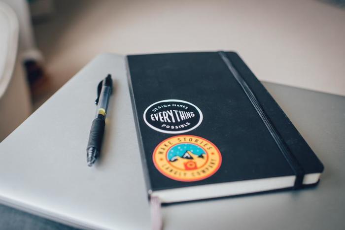 スクエアな無地の手帳に好みのステッカーを貼ると、それだけで一気に雰囲気が変わります。自分だけの手帳にカスタマイズして、愛着の湧く一冊に。