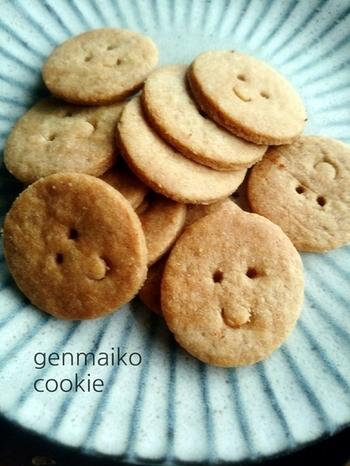 香ばしくってポリポリっとした食感がやみつきになるクッキー。生地は出来るだけ薄くし、焼き色はこんがりとさせるのがポイントです。一枚づつ微妙に違うお顔のクッキーは、栄養価も高く、とっても可愛らしいので、お子様のおやつにもぴったりですね。