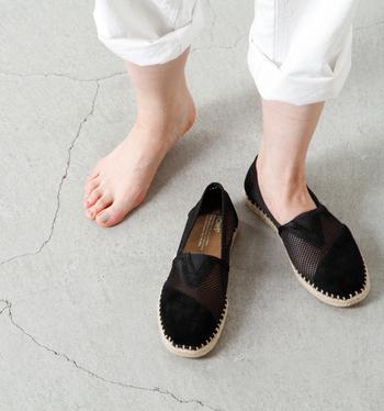 そして何よりも軽いのが特徴です。また1足購入されるごとに、靴を必要としている世界中のこども達に新しい靴を贈る支援を行っています。アン·ハサウェイ、ジュリア·ロバーツ、キーラ·ナイトレイ、リヴ·タイラー、ボノ、ブラッド·ピットなどの著名人がそれに賛同し、TOMSの靴を愛用しています。